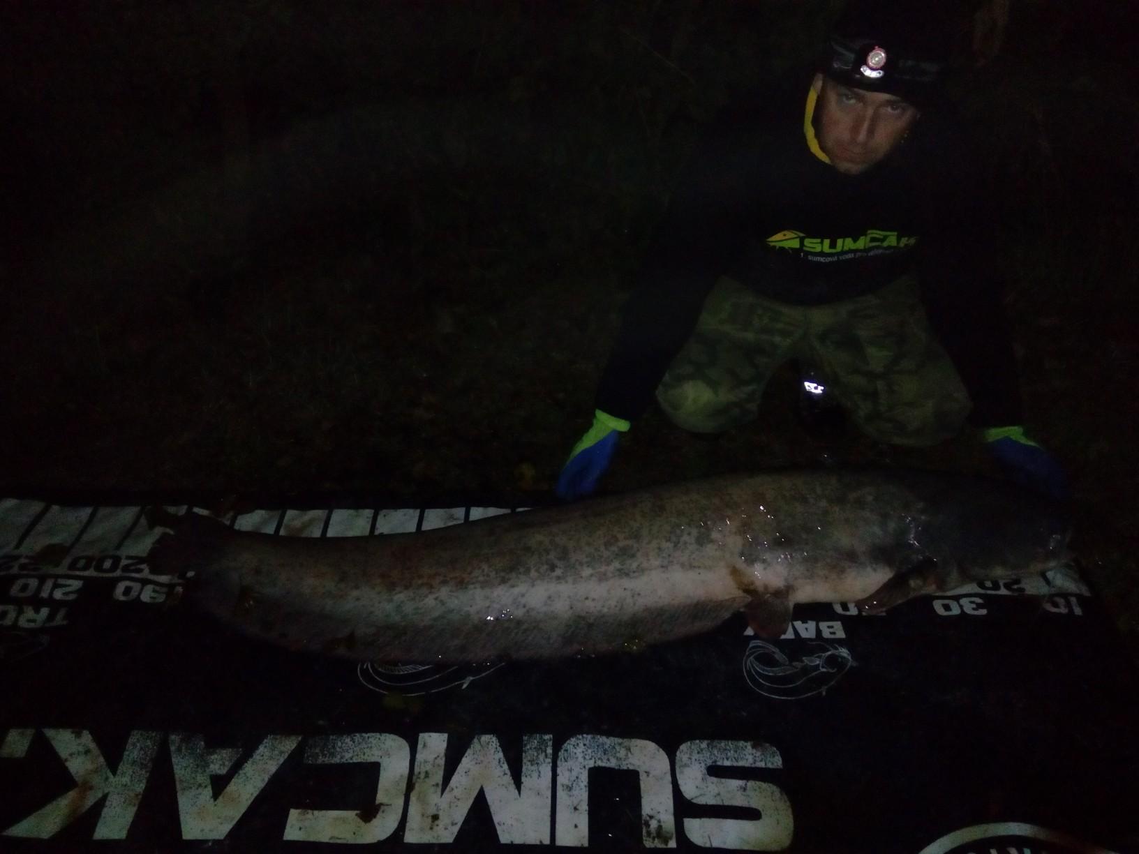 Další ryba na břehu (fotky po skončení výpravy) + foto 196 cm